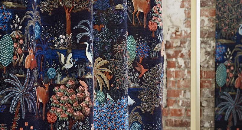 Bezugsstoff-Blumenmuster F3470002 Le jardin du palais velours Pierre Frey Scene